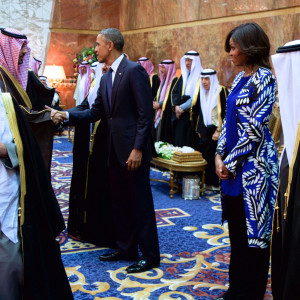 President_and_First_Lady_Obama,_With_Saudi_King_Salman,_Shake_Hands_With_Members_of_the_Saudi_Royal_Family (1)