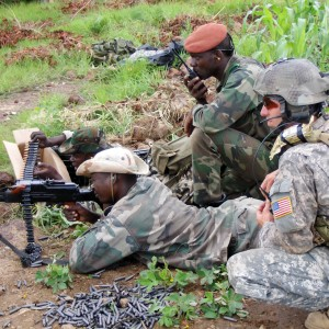 US_SF_soldier_training_Malian_soldiers